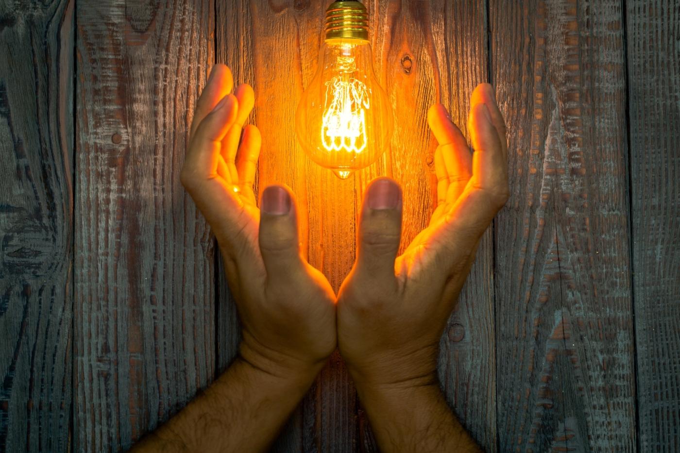Comment remplacer le boitier variateur de lumière d'une lampe halogène ?