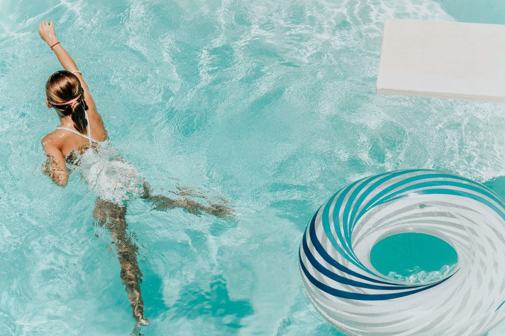 Fillette qui se baigne dans une piscine avec un bon niveau de pH et de chlore