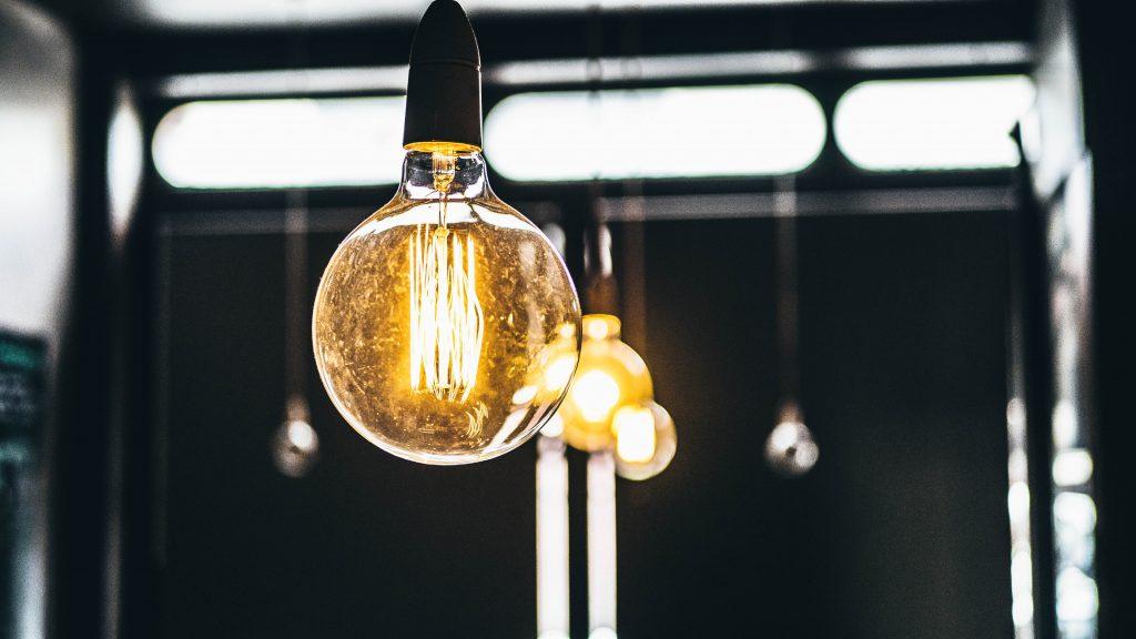 Une grosse ampoule électrique décorative
