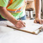 Chef de chantier qui remplit une déclaration préalable de travaux