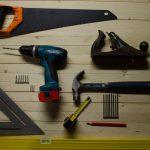 outils sur un sol en bois