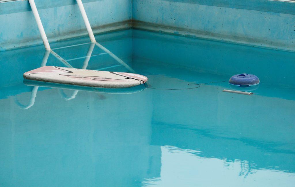 Bassin de piscine sale