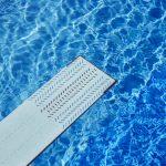 Le plongeoir d'une piscine